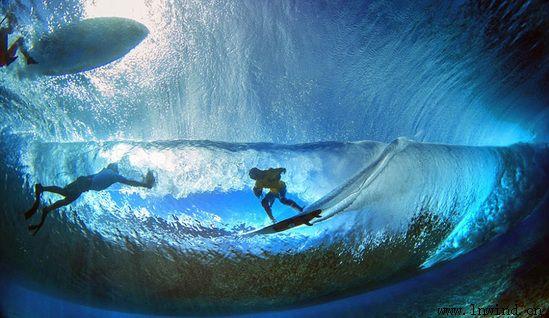 """藏身水下,拍摄了一组海面冲浪者与海浪""""搏击""""的画面,那就简直……太美"""