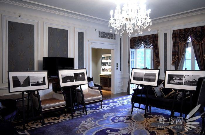 3月31日,LeicaJ大师赛颁奖盛典在上海瑞金洲际酒店举行。与其他大奖赛不同的是,这是由Jeep与徕卡两大跨界品牌共同举办的中国首个人文摄影大赛。典礼现场,共颁出肖像大奖、非肖像大奖、青年大奖和手机大奖四大奖项,获奖不仅可以获得徕卡相机作为奖品,还将得到与Jeep品牌商业拍摄的机会。 在大赛颁奖典礼开始前,我们有机会采访到五位摄影师,同时也是此届大赛的主画面创意KOL,他们分别是中国唯一徕卡签约摄影师,同时也是此届大赛的组织者之一的苏里先生;2014阿尔勒发现奖获得者张克纯;《极端逆像》画册作者、手机